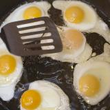 Cooking fried eggs